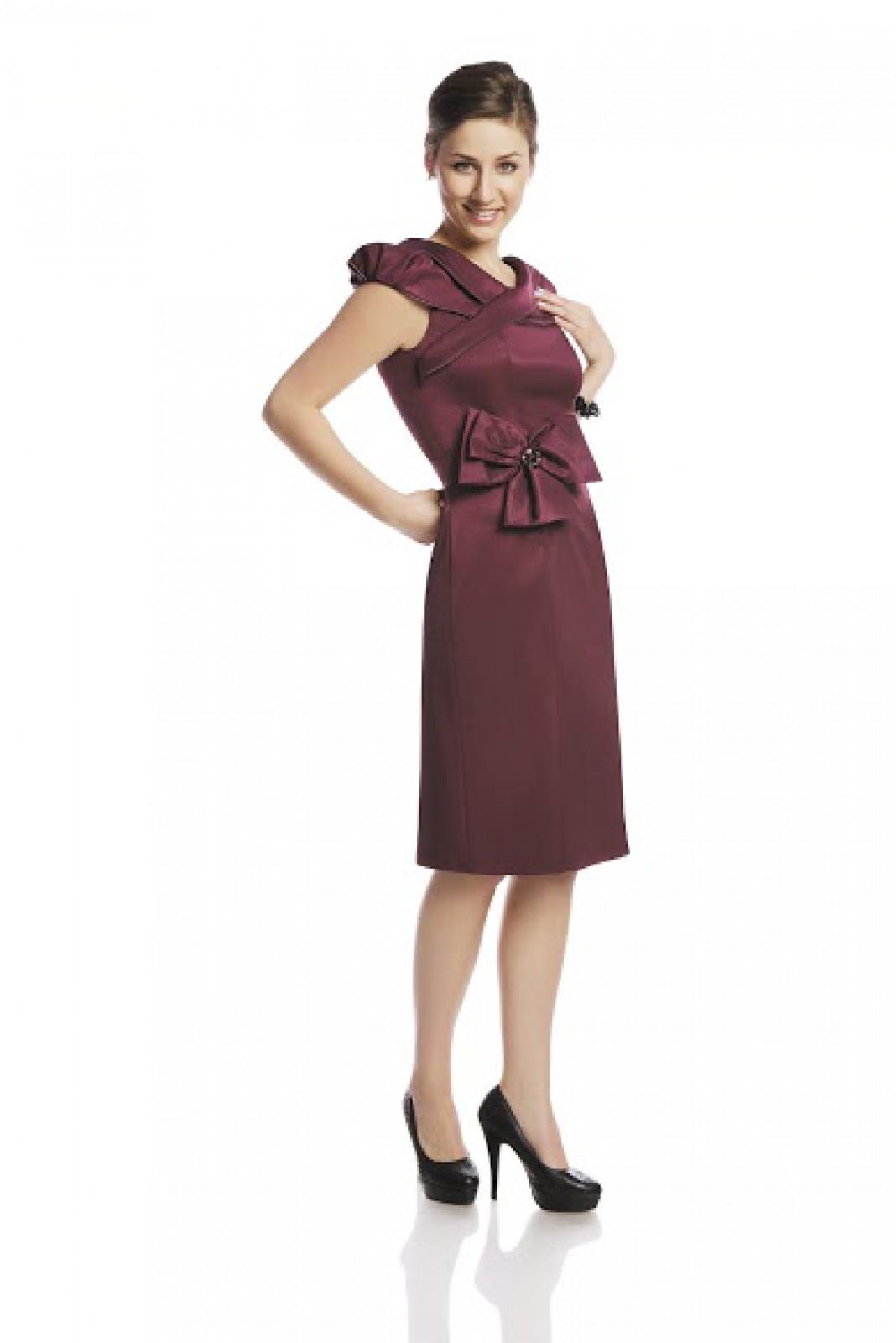 Cocktailkleider in ausgefallenem Design an Dekolleté und Taille - ...